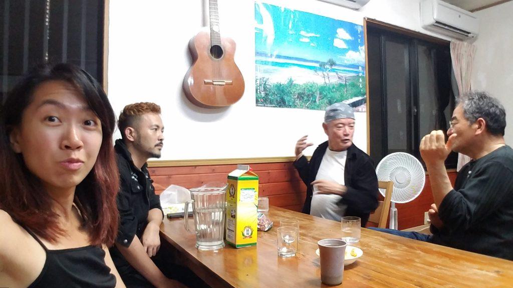Nankuru Bed and Breakfast Kuroshima Japan 日本黑島南來民宿 客人聊天 guests chatting