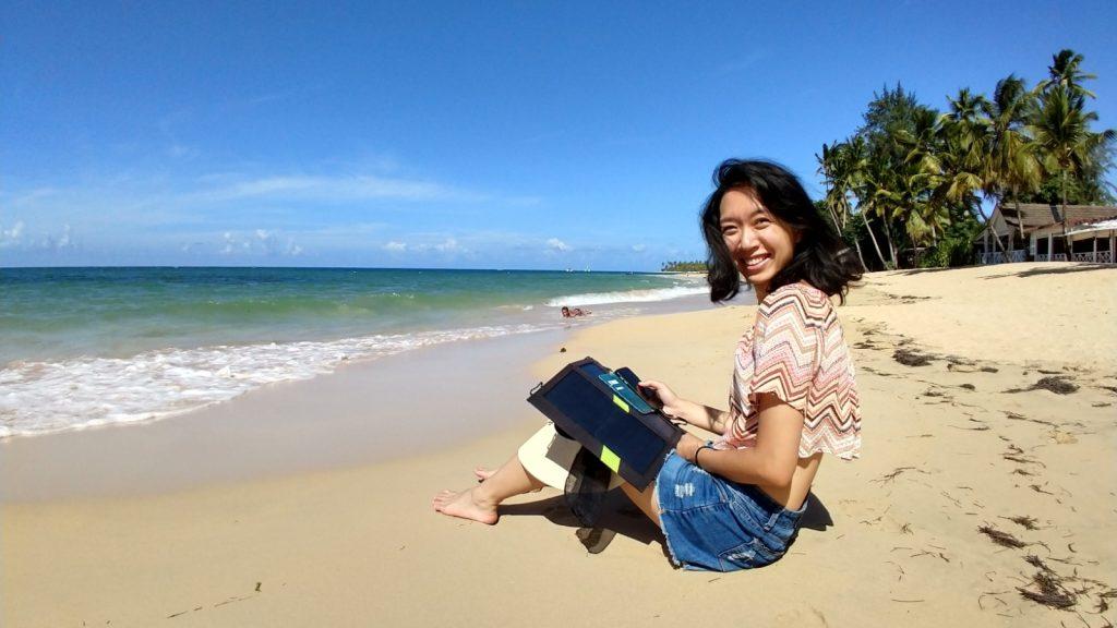 我坐cellphone solar charger recommendation xdragon 在海邊用Xdragon手機太陽能充電器工作