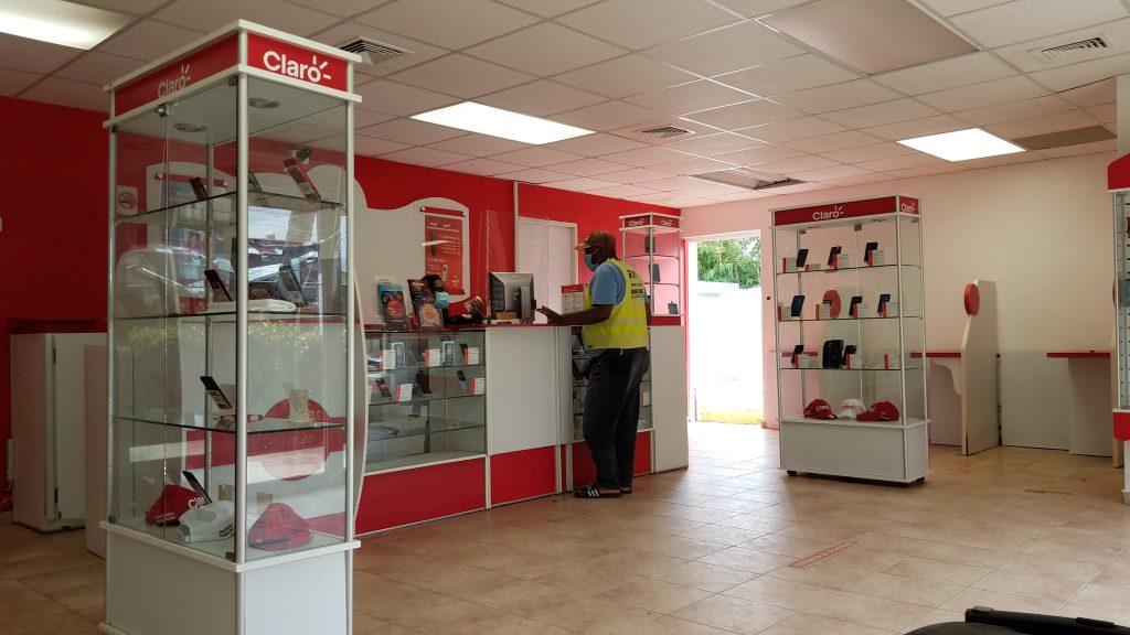 Claro-Shop-in-Las-Terrenas-Dominican-Republic在多明尼加拉斯特雷納斯小鎮自己去Claro手機店辦手機網路困難重重