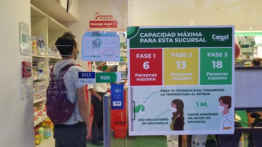 social distancing signs in Las Terrenas Dominican Republic 多明尼加拉斯特雷納斯海灘小鎮公告保持社交距離