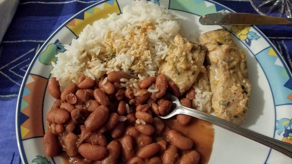 傳統典型多明尼加料理椰漿魚米飯和燉豆
