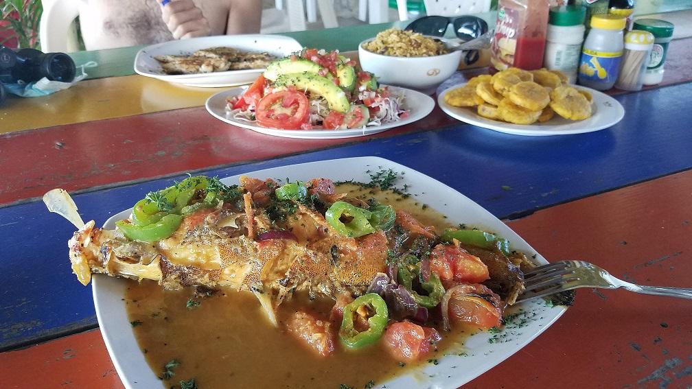 椰漿魚加沙拉和大蕉多明尼加經典道地美食