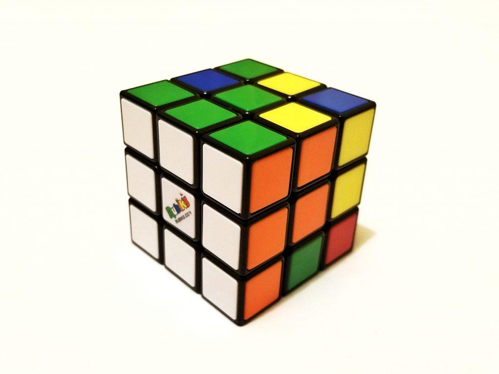 第一次發現二選一黑白選擇外的美麗色彩魔術方塊