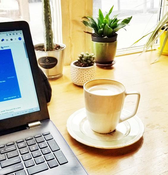 數位遊民出走各國旅行邊旅行邊工作work on laptops and travel
