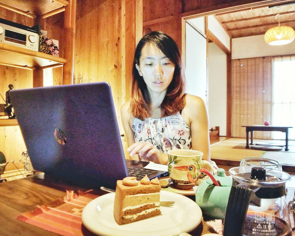 Super Mei Travel開始經營部落格 working in a cafe in japan