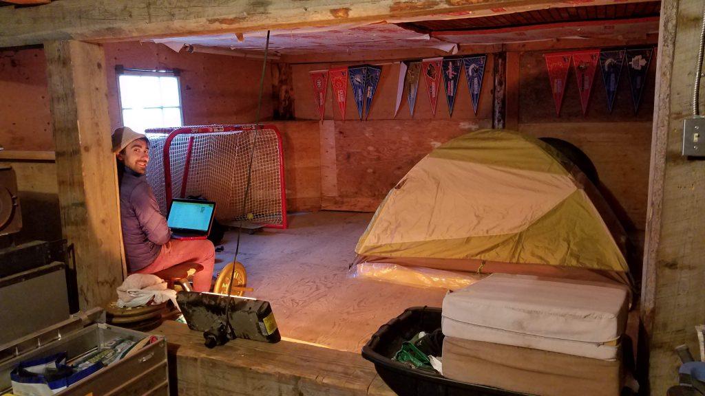 一邊搭便車一邊遠端工作-在北極民宿地下室露營
