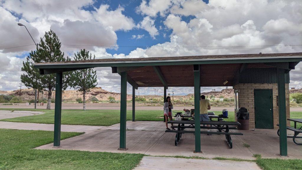 州立公園露營地 數位遊牧邊工作邊公路旅行在公路旁休息區野炊